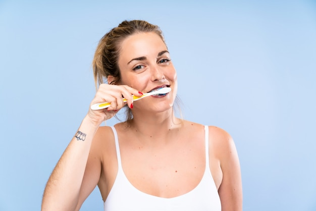 Jeune Femme Blonde Se Brosser Les Dents Photo Premium