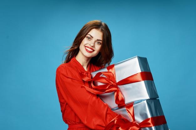 Jeune Femme Avec Des Boîtes De Cadeaux Dans Ses Mains Dans De Beaux Vêtements, Vente De Cadeaux, Joyeux Noël Et Nouvel An Photo Premium