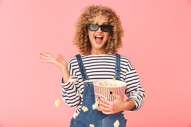 Jeune Femme Bouclée Des Années 20 Tenant Un Seau De Maïs Soufflé En Position Debout Photo Premium