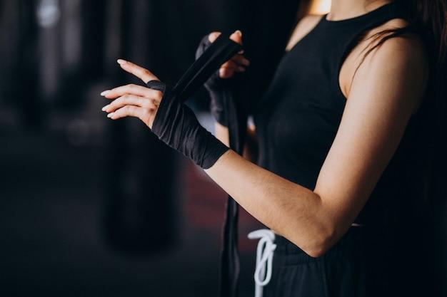 Jeune femme boxeur s'entraînant au gymnase Photo gratuit