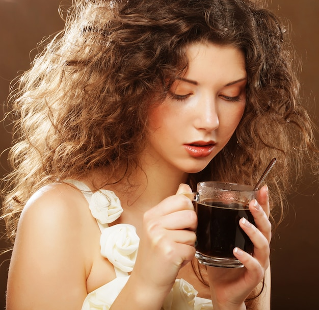 Jeune femme buvant du café Photo Premium