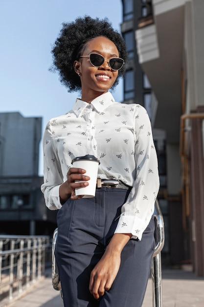 Jeune Femme Avec Café Sur Le Balcon Photo gratuit