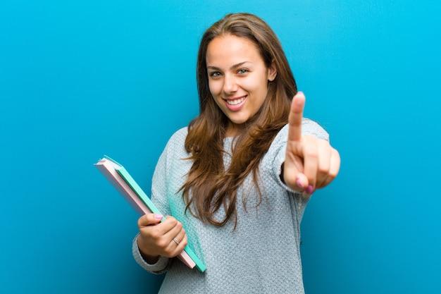 Jeune femme avec un cahier sur fond bleu Photo Premium
