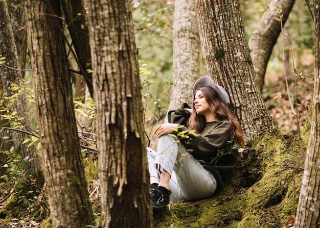 Jeune femme avec une caméra dans la nature Photo gratuit
