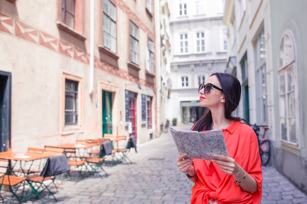 Jeune femme avec une carte de la ville en ville Photo Premium