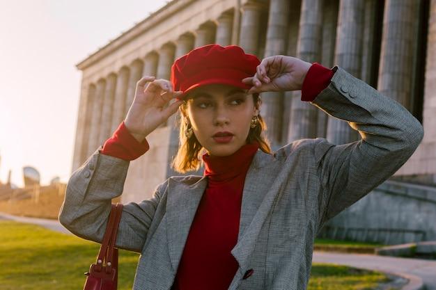 Jeune femme, casquette rouge, regarder loin Photo gratuit