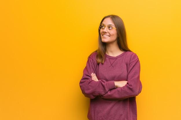 Jeune femme casual souriante confiante et croise les bras, haut Photo Premium