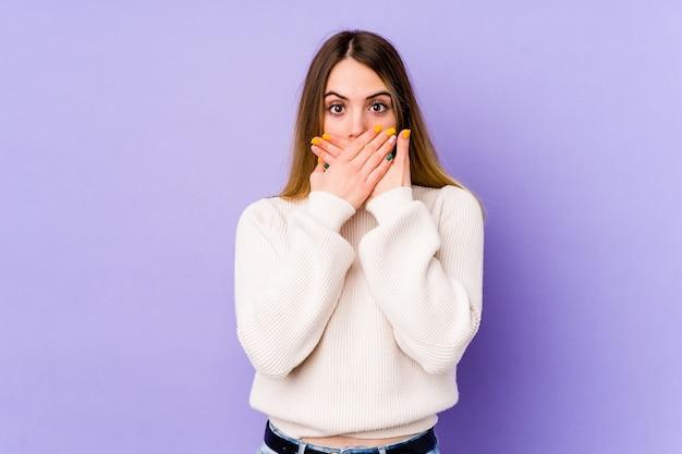 Jeune Femme Caucasienne Choquée Couvrant La Bouche Avec Les Mains. Photo Premium
