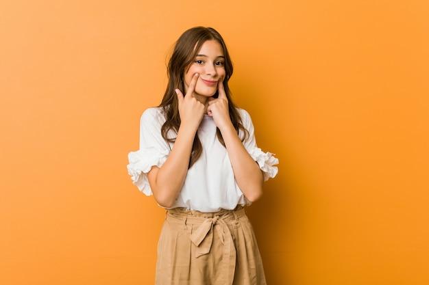 Jeune femme caucasienne doutant entre deux options. Photo Premium
