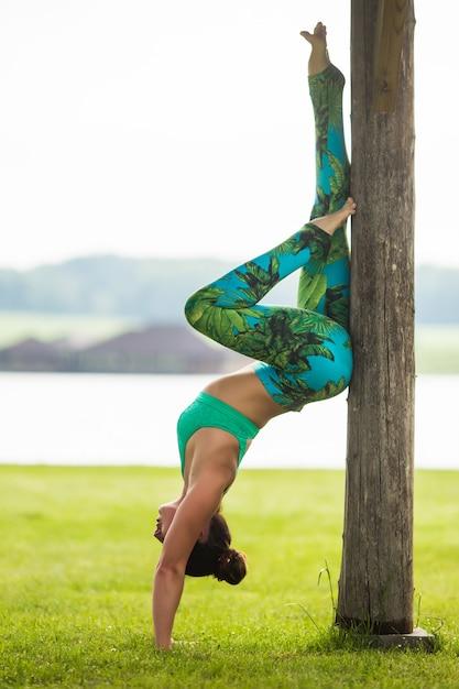 Jeune Femme Caucasienne, Faire Des Exercices De Yoga Dans Le Parc De La Ville D'été Photo gratuit