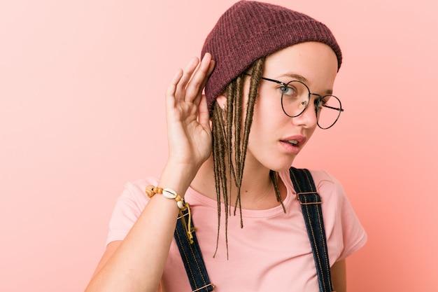 Jeune Femme Caucasienne Hipster Essayant D'écouter Un Potin. Photo Premium
