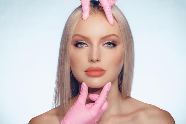 Jeune femme caucasienne avec injection de botox Photo Premium