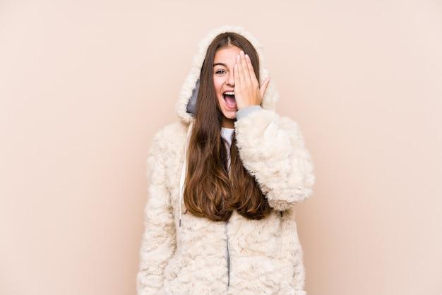 Jeune Femme Caucasienne Posant Isolé S'amuser Couvrant La Moitié Du Visage Avec La Paume. Photo Premium