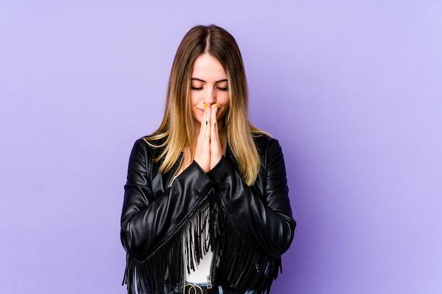 Jeune Femme Caucasienne Priant, Montrant La Dévotion, Personne Religieuse à La Recherche D'inspiration Divine. Photo Premium