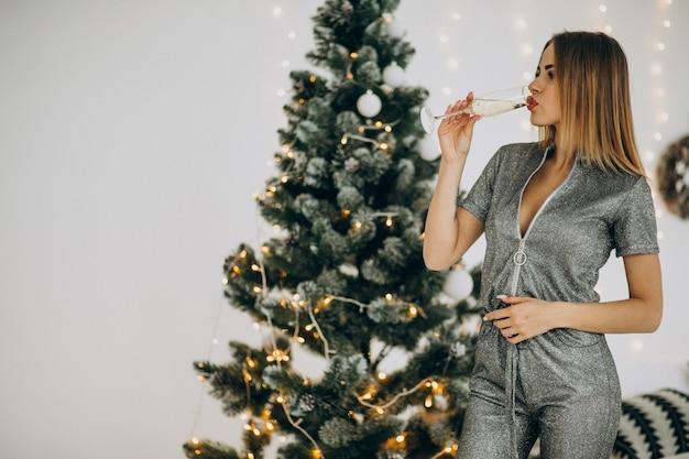 Jeune Femme, à, Champagne, Par, Les, Arbre Noël Photo gratuit