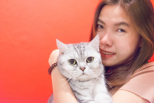 Jeune femme avec un chat écossais Photo Premium