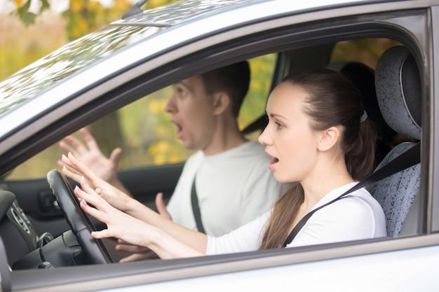 Jeune femme de chauffeur effrayée et un homme Photo gratuit