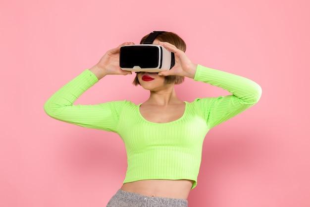 Jeune Femme En Chemise Verte Et Pantalon Gris Essayant Le Jeu De Réalité Virtuelle Photo gratuit