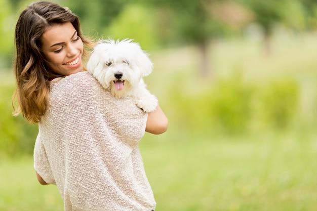 Jeune femme avec un chien Photo Premium