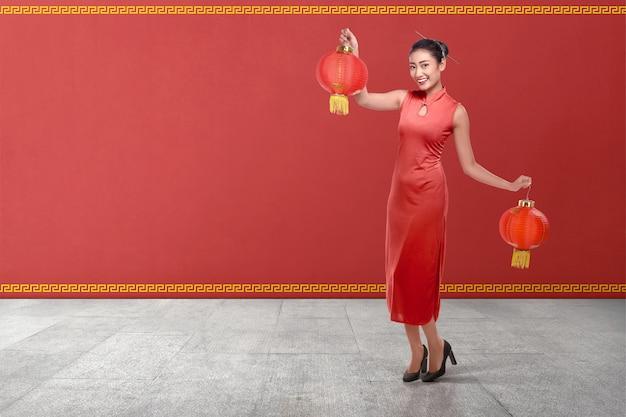 Jeune Femme Chinoise Dans Un Vêtement Traditionnel Tenant Des Lanternes Rouges Photo Premium