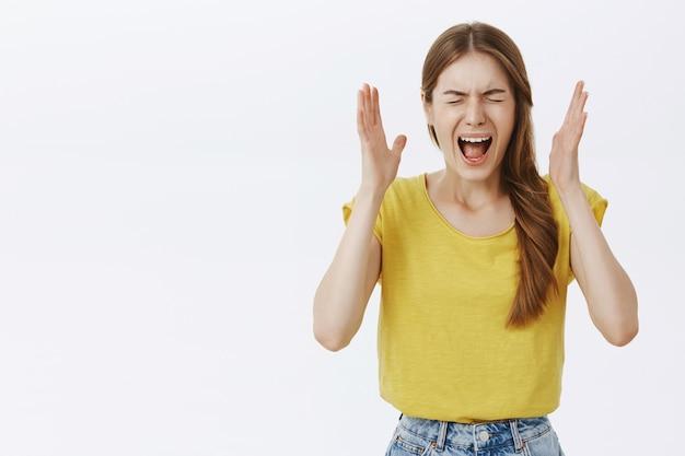 Jeune Femme Choquée Et Troublée à La Frustration Et Inquiète, Paniquée Et Hurlant Photo gratuit