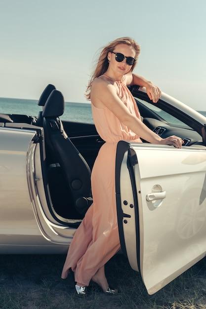 Jeune Femme, Conduire Voiture, Plage Photo Premium