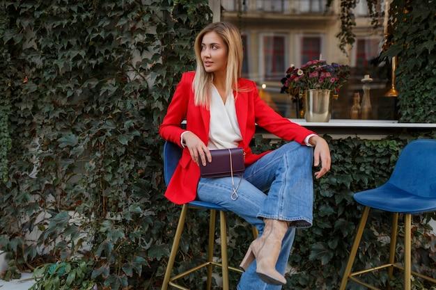 Jeune Femme Confiante Européenne Avec Sourire Candide Posant En Plein Air Dans Le Bar Photo gratuit