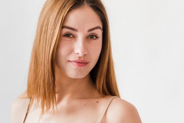 Jeune femme confiante rousse souriante Photo gratuit