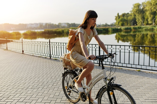 Jeune femme contre nature fond à vélo Photo gratuit