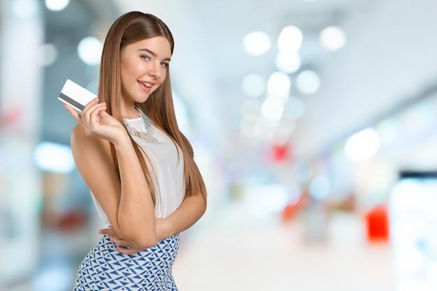 Jeune femme cool avec carte de crédit Photo Premium