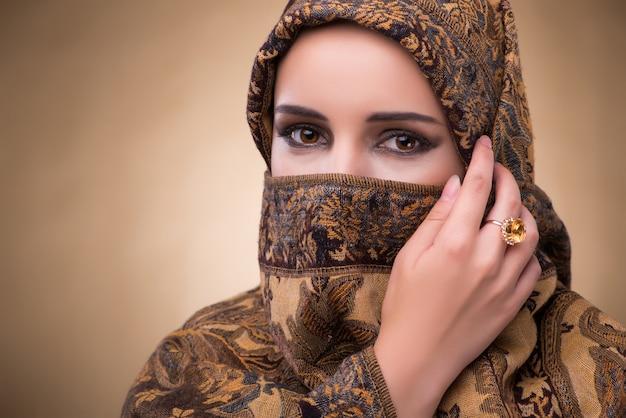 Jeune femme en costume musulman traditionnel Photo Premium