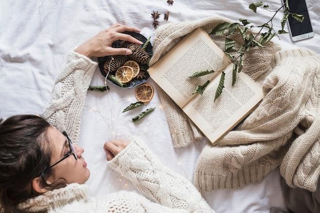 Jeune femme, coucher lit, à, livre Photo gratuit