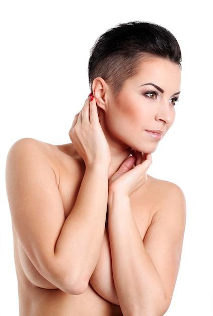 Jeune femme avec coupe de cheveux et maquillage de soirée Photo gratuit