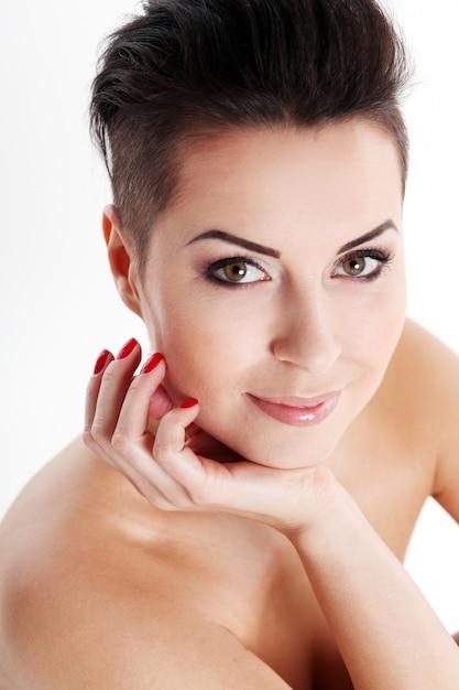 Jeune femme avec coupe de cheveux et maquillage de soirée | Télécharger des Photos gratuitement