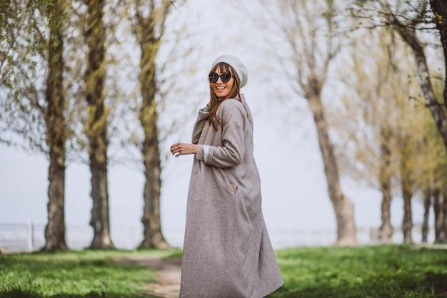 Jeune femme, courant, dans parc Photo gratuit