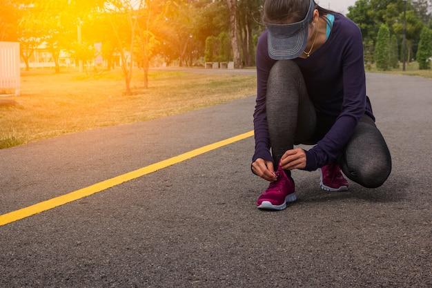 Jeune femme, coureur, attacher, lacets Photo Premium