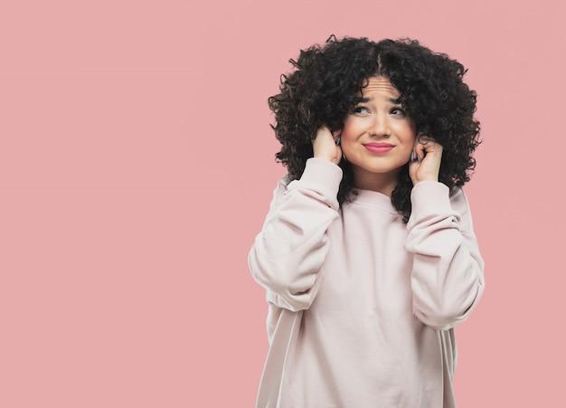 Jeune femme couvrant ses oreilles Photo Premium