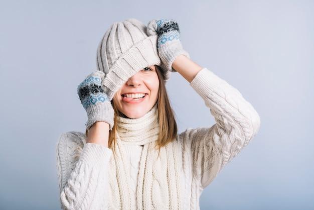 Jeune femme couvrant le visage avec un bonnet clair Photo gratuit