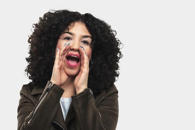 Jeune femme crier et en colère Photo Premium