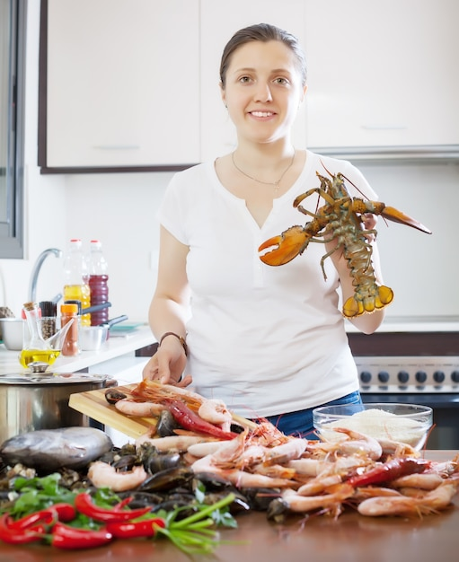 Jeune femme, cuisine, marine, produits Photo gratuit