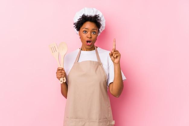 Jeune Femme De Cuisinier Afro-américain Ayant Une Idée, Un Concept D'inspiration. Photo Premium