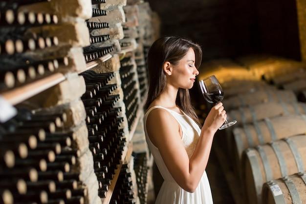 Jeune femme dans la cave à vin Photo Premium
