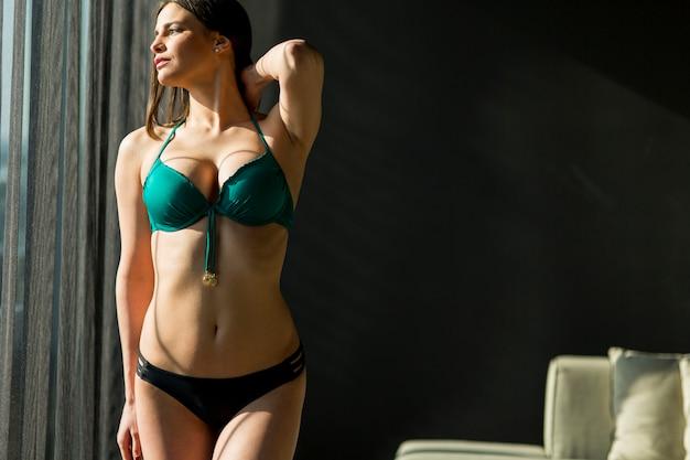 Jeune femme dans la chambre Photo Premium