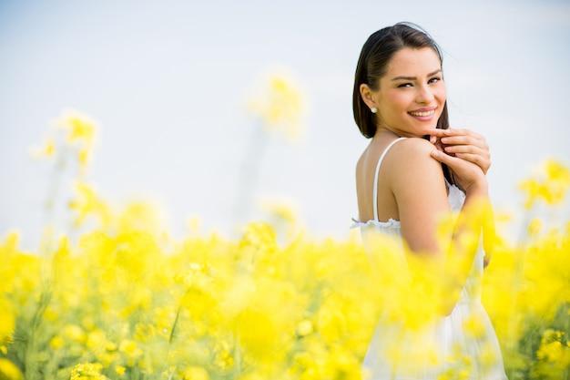 Jeune femme dans le champ de printemps Photo Premium