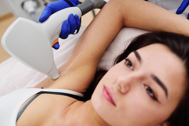 Une jeune femme dans une clinique de cosmétologie moderne Photo Premium