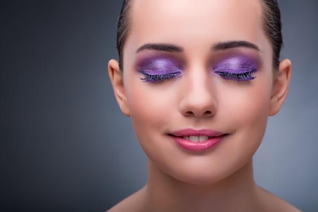 Jeune Femme Dans Le Concept De Beauté Avec Un Beau Maquillage Photo Premium