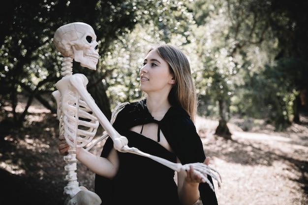 Jeune Femme, Dans, Sorcière, Vêtements, Tenue, Squelette Photo gratuit