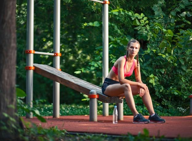 Jeune Femme, Dans, Sportswear, Dehors Photo Premium