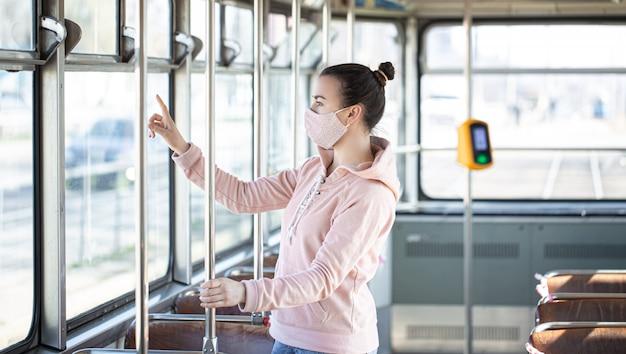 Jeune Femme Dans Les Transports Publics Pendant La Pandémie. Photo gratuit
