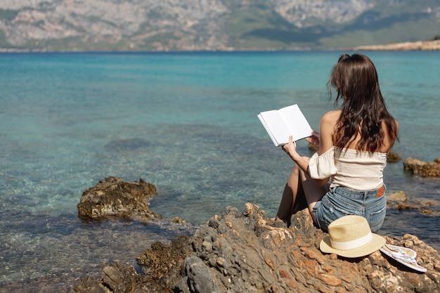 Jeune femme, debout, bord mer Photo gratuit